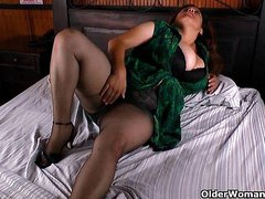 BBW milf Laura vibrates her clit till she explodes